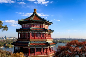 Chinesische Pagode vor der Skyline Pekings