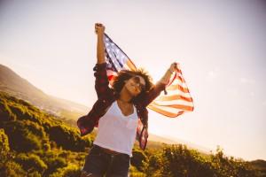 Frau hält die amerikanische Flagge