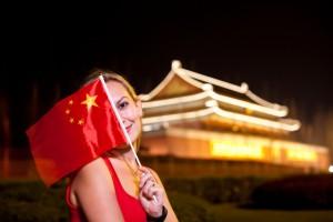 Eine Frau mit chinesischer Flagge