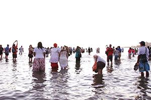 Religiöses Fest, bei dem die Einwohner Opfergaben zum Meer bringen